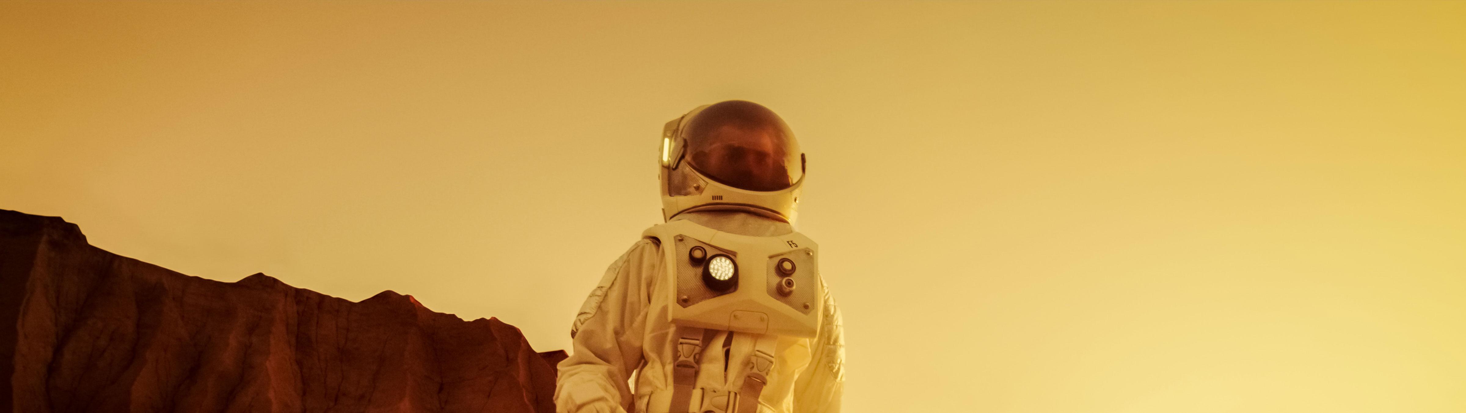 Astronautti vuoren edessä