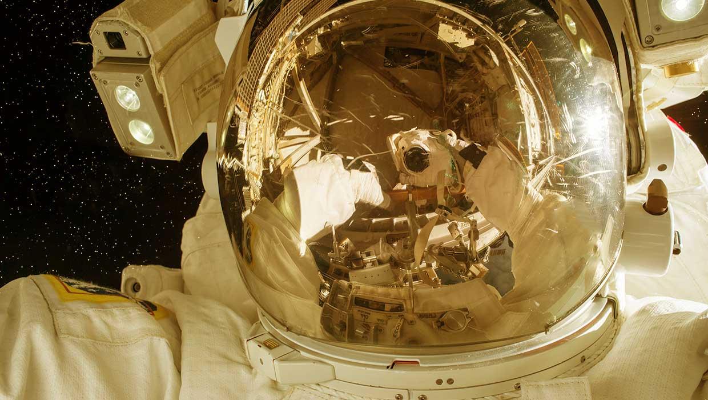 Astronautin ottama kuva itsestään avaruudessa