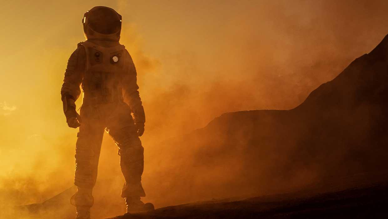 Astronautti seisoo savun keskellä kuun pinnalla