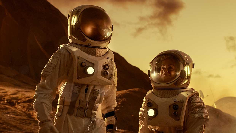 Kaksi astronauttia kuun pinnalla katsovat toisiaan