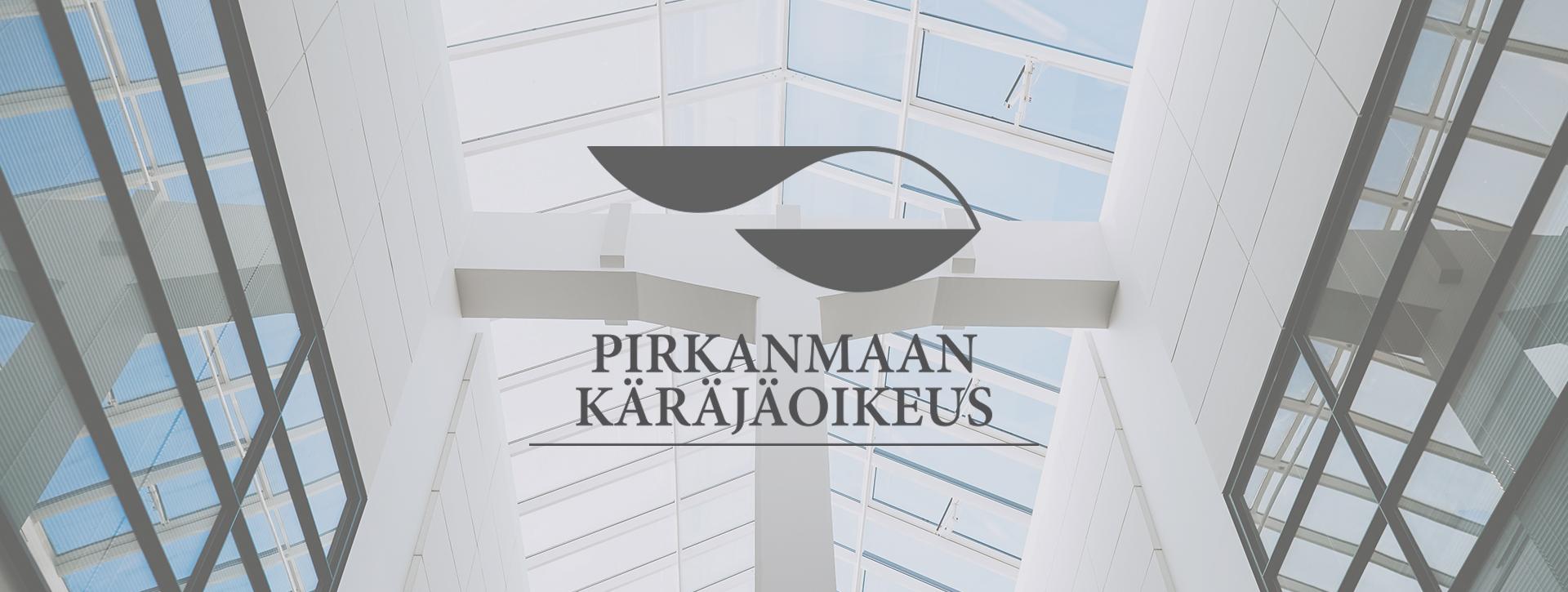 Mainostoimisto Uhman referenssi: Pirkanmaan Käräjäoikeus. Kuvassa on Pirkanmaan Käräjäoikeuden logo sekä kuvaa rakennuksen sisätiloista.