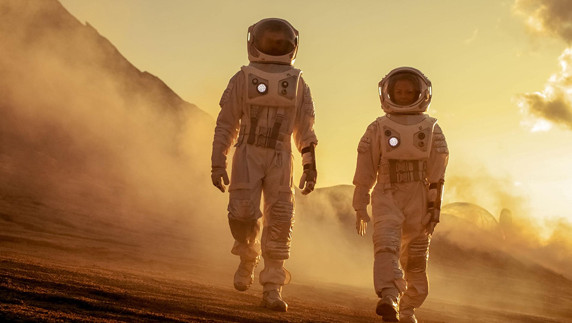 Mies- ja naisastronautit kävelevät rinnakkain kuun pinnalla